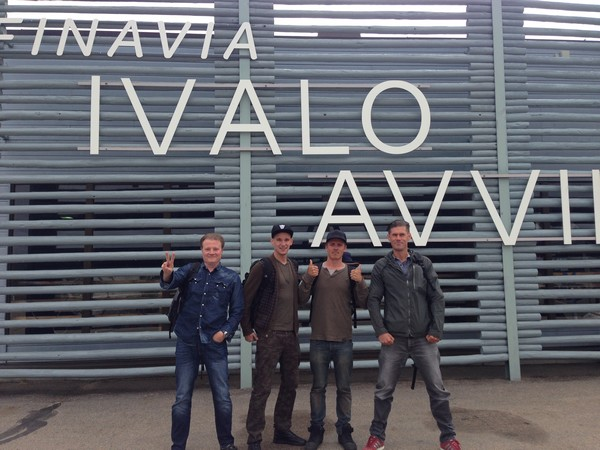 kuva (Innokkaat kalamiehet Ivalon lentokentällä)
