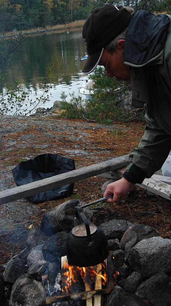 Kalastusopas Timo Salmia kiehauttamassa pannukahvia