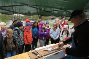 Oppillaat pääsivät Helsingissä Börjen kalankäsittelyoppiin.